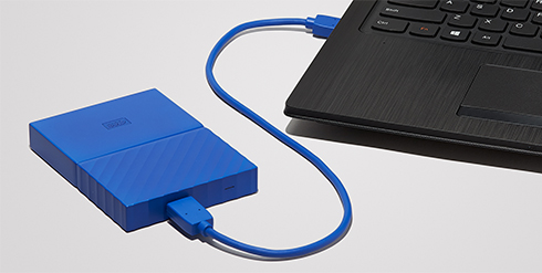 WD Western Ditigal My Passport Blau am Notebook